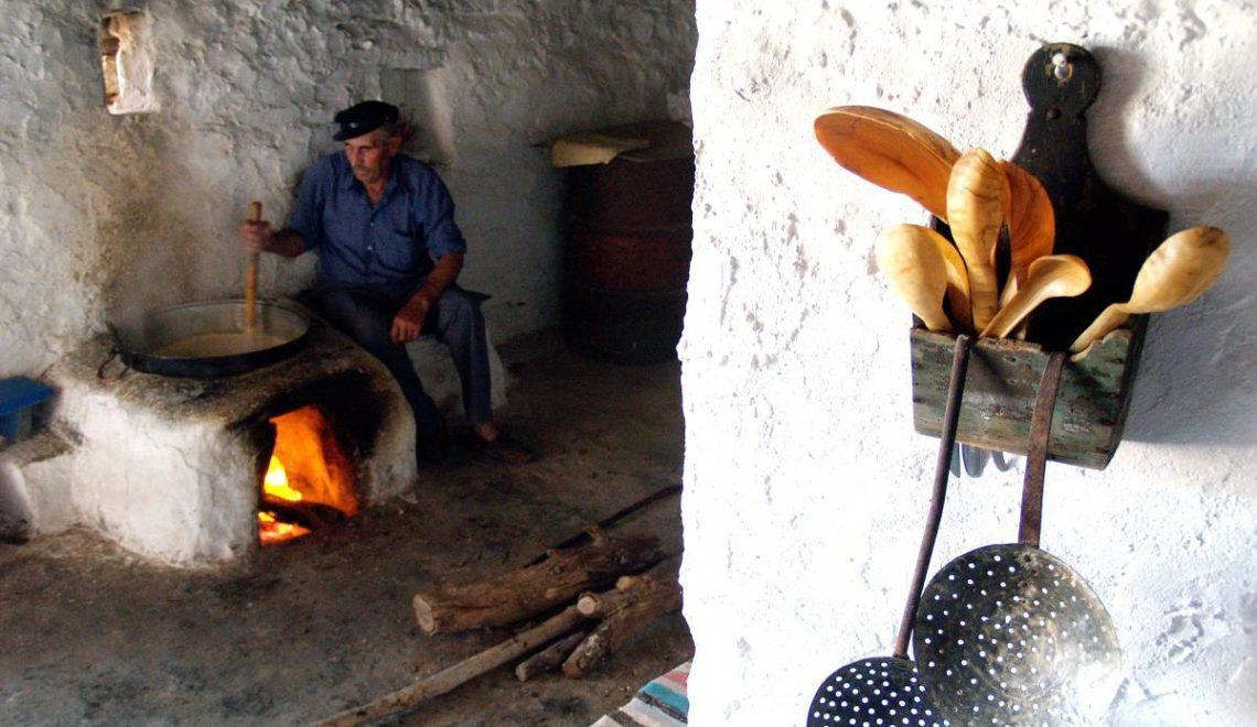 Δοκιμάζοντας δρύλλα, σιτάκα και αλευρά με κεράτινο κουτάλι σε μητάτο στην Κάσο