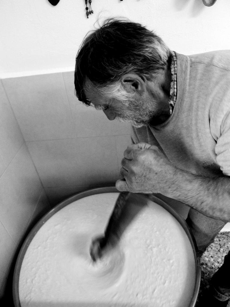 Ο Γιάννης Κάγκανης πήζει το Αρσενικό τυρί στον μητάτο του στη Νάξο