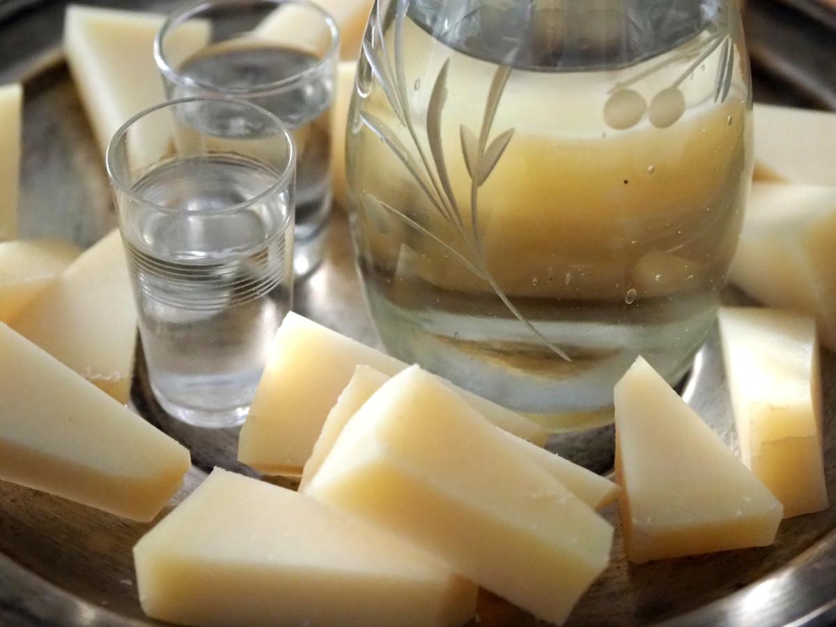 Ο καλύτερος μεζές για τη ρακή: τυροζούλι.