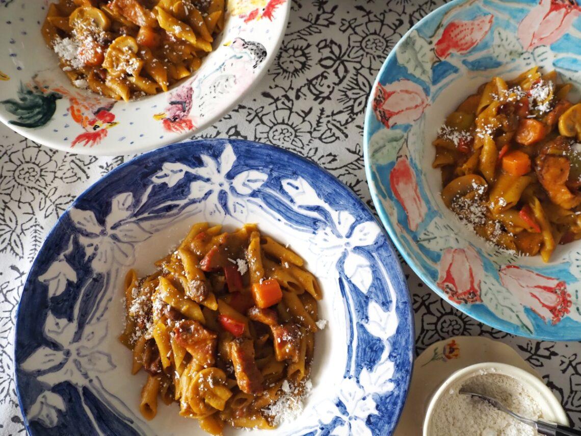 Αβίαστη κουζίνα: Πένες με κηπευτικά, μανιτάρια και σύγκλινο.
