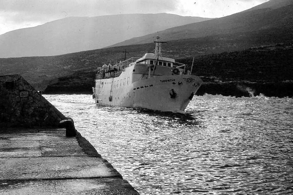 Το πλοίο «Πανορμίτης» μπαίνει στον Εμπορειό της Κάσου.