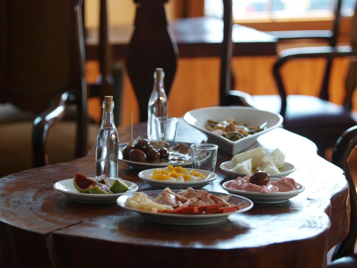 Στρωμένο τραπέζι με μεζέδες για τσίπουρο από κούμαρα στο Δίον.