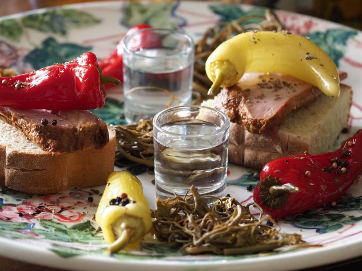 Πιπεριές τουρσί και σύνγκλινο, μεζές για τσίπουρο από κούμαρα.