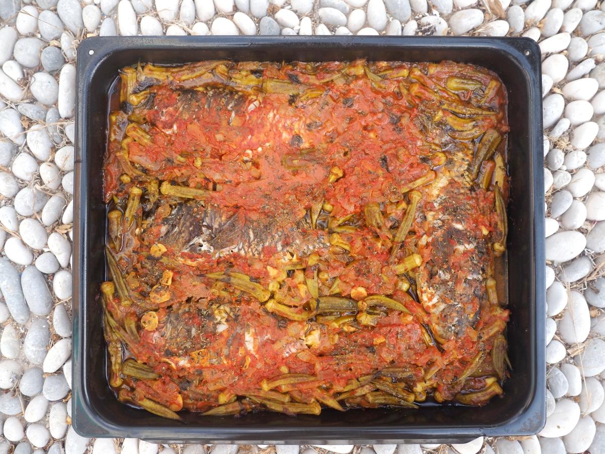 Σκάροι με μπάμιες σε χυμό αγουρίδας στο φούρνο.