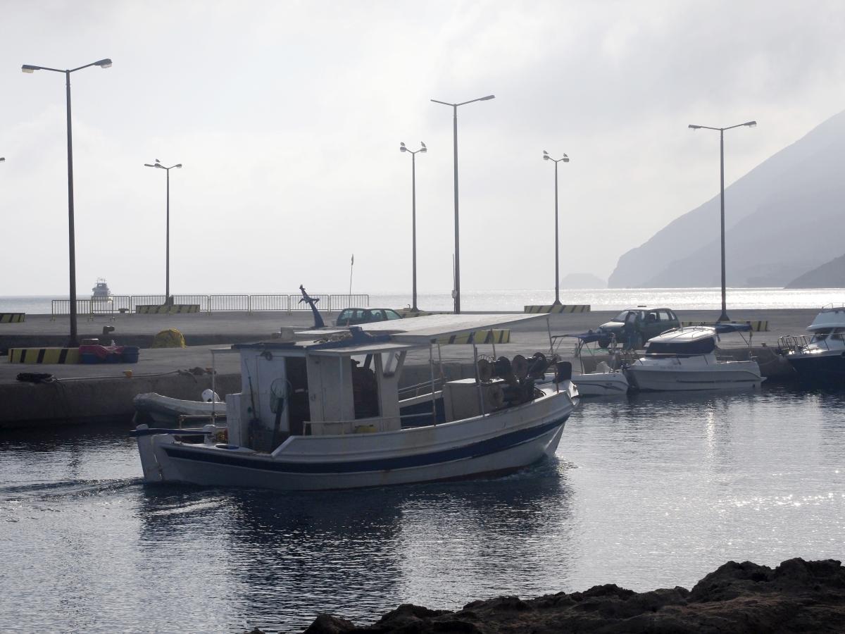 Τα ψαροκάικα αρχίζουν να επιστρέφουν με τη ψαριά τους στο λιμάνι της Μπούκας στην Κάσο.