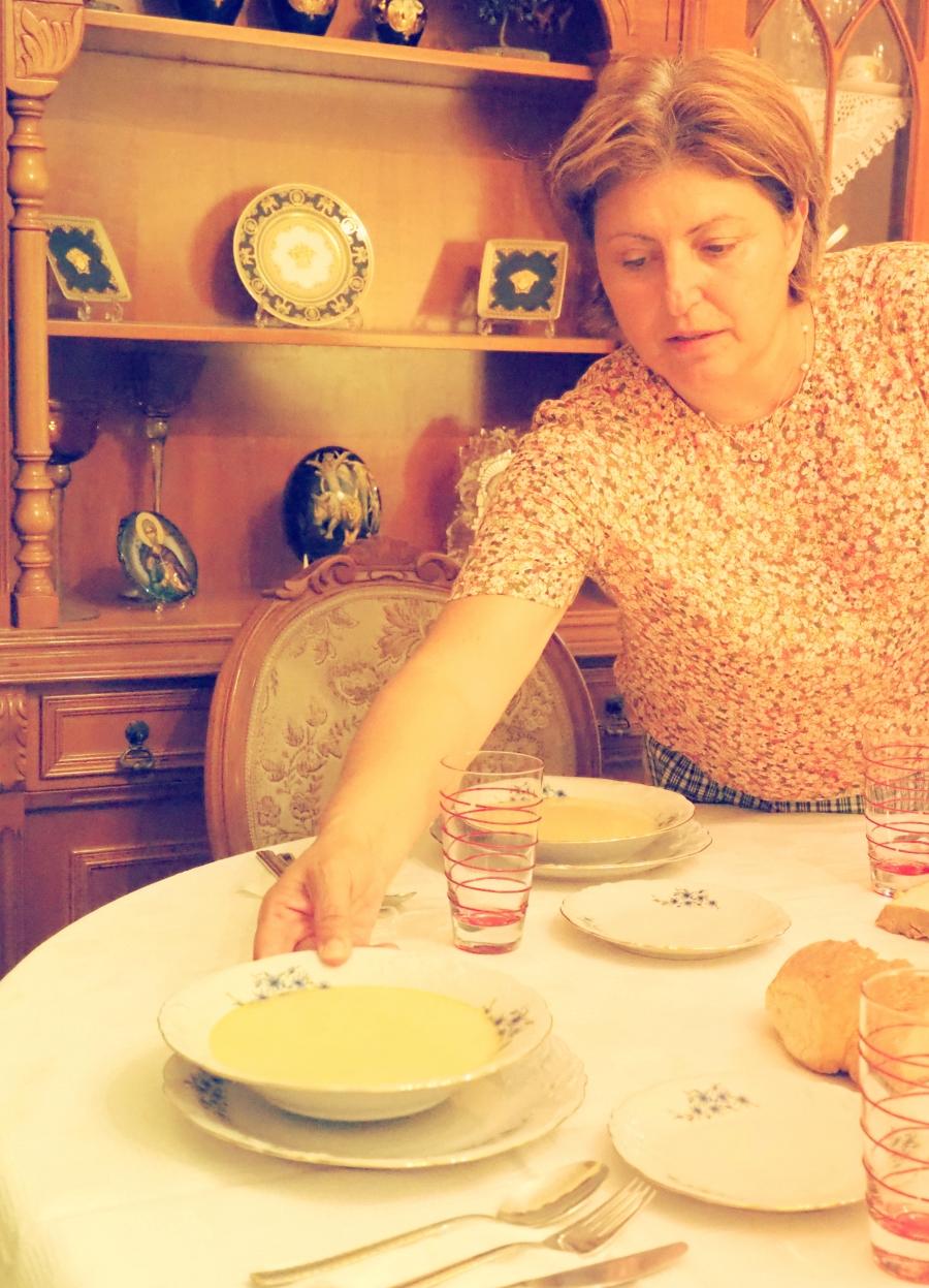 Η Ευδοκία κοινώνει την τελετουργική ψαρόσουπα