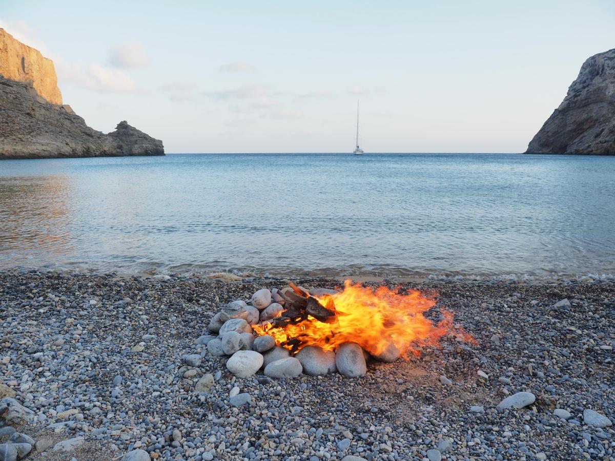 Φωτιά στη Χέλατρο για να καψαλιστούν οι αφυδατωμένες στον ήλιο φαρδιές μένουλες και να γίνουν τσίροι.